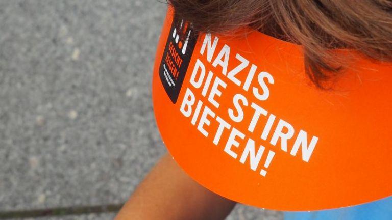 Sonnenschutz von Gesichtzeigen - Nazis die Stirn bieten
