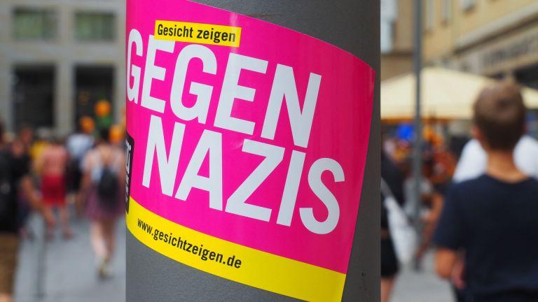 """""""Gegen Nazis"""" Aufkleber von GEsicht Zeigen! an einem Laternenpfahl"""